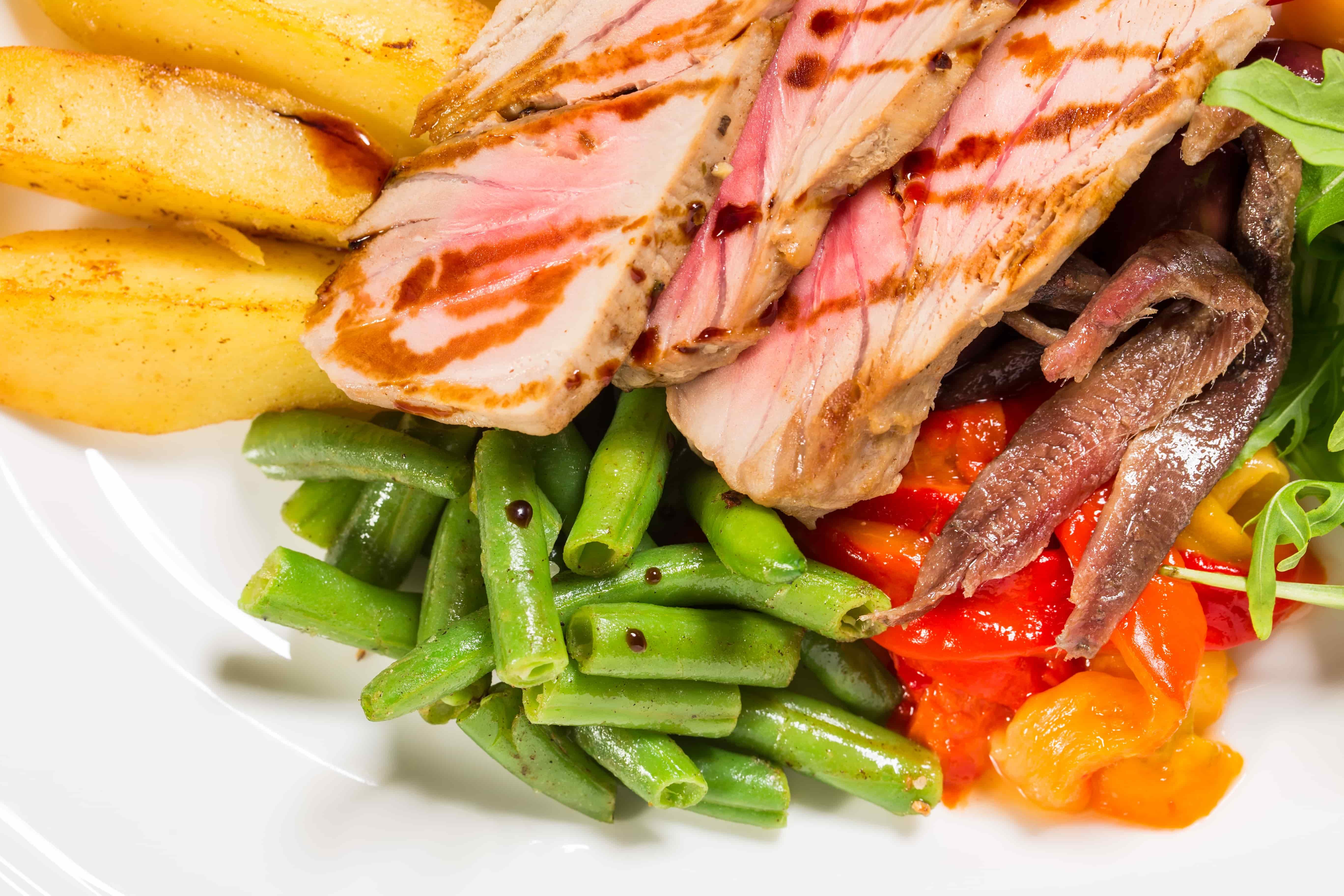 Диетический салат с тунцом и овощами - пошаговый рецепт с фото