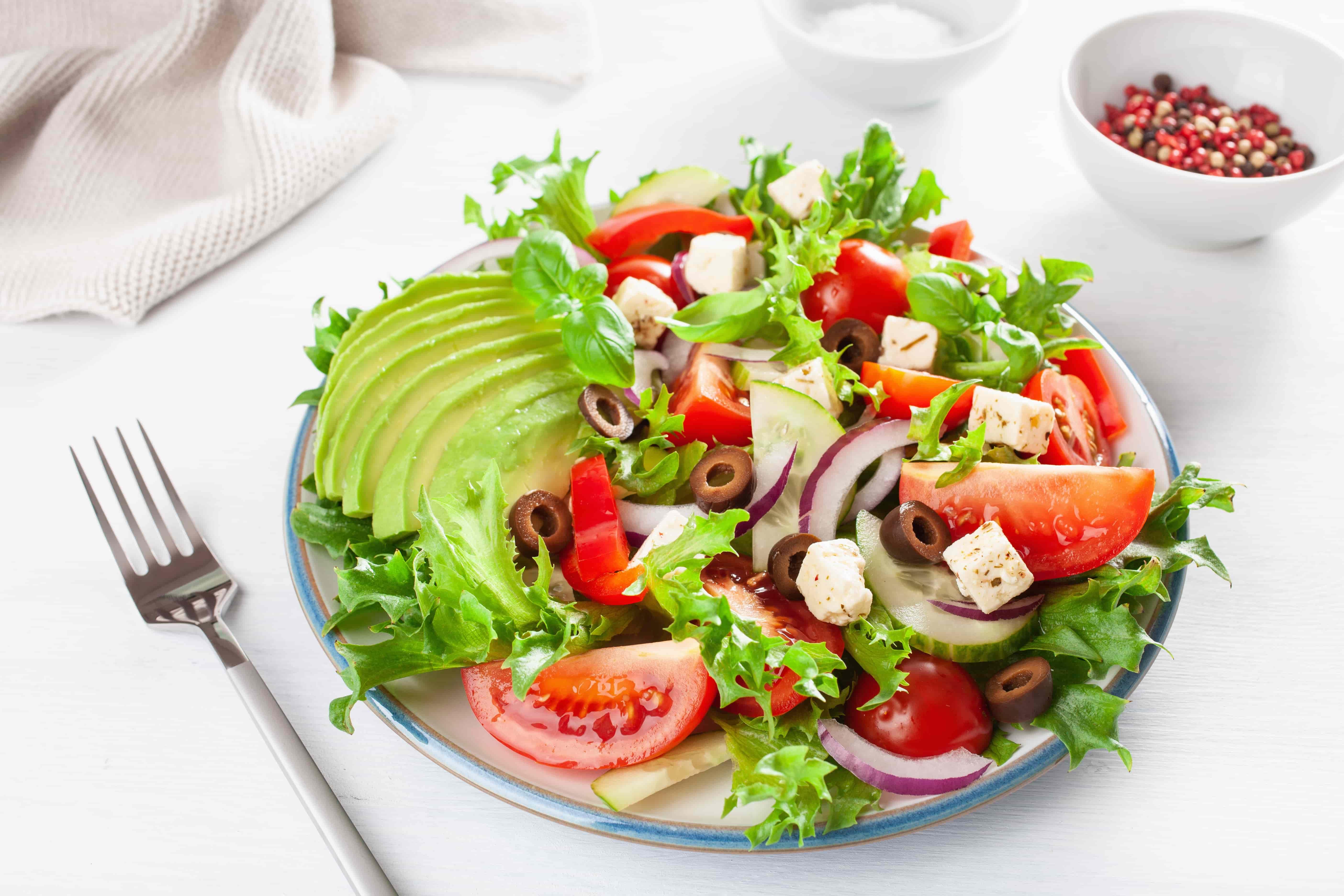 Салат с авокадо, помидорами и огурцами - рецепт с пошаговым приготовлением