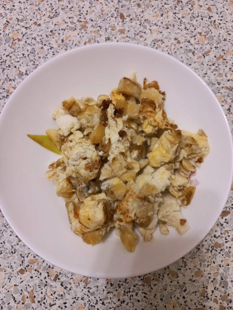 Сладкая яичница с бананом и сухофруктами