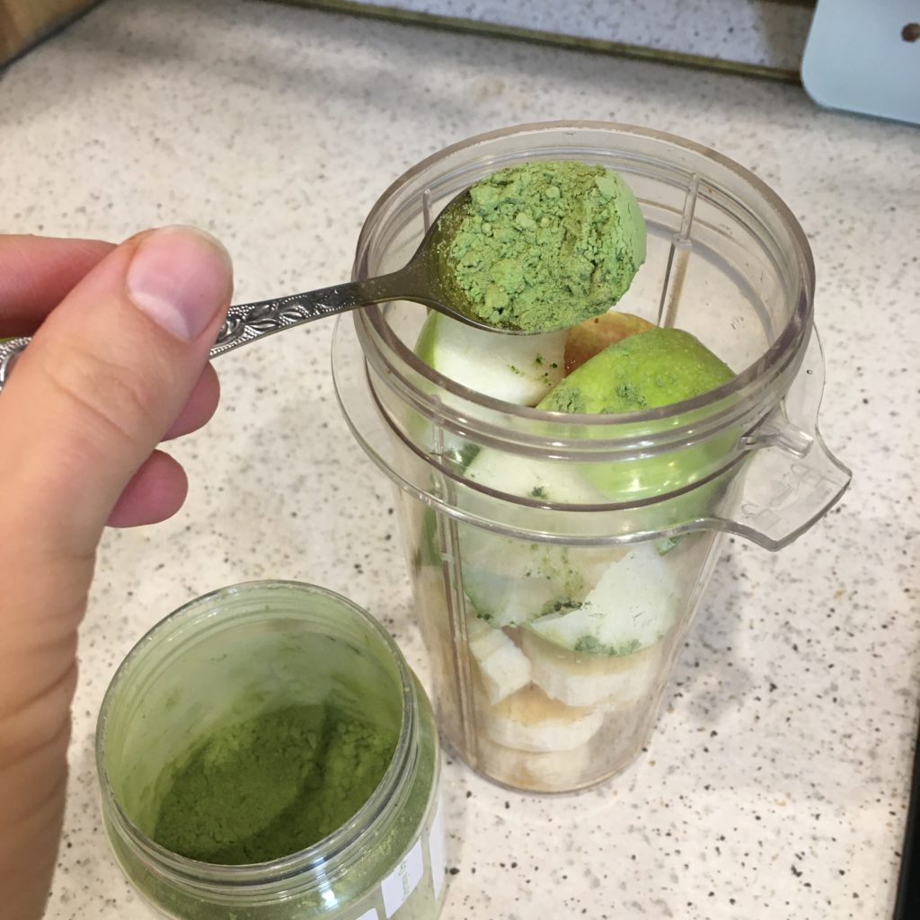 Зелёный смузи с яблоком и кардамоном